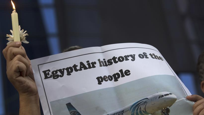 Flugzeugabsturz: Angehörige trauern um die Opfer des Flugzeugabsturzes der EgyptAir-Maschine.