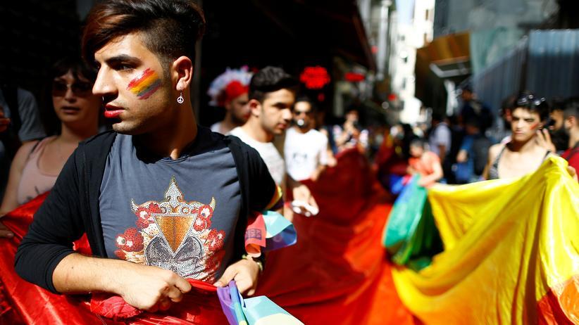 Türkei: Ein LGBT-Aktivist während der Demonstration in Istanbul