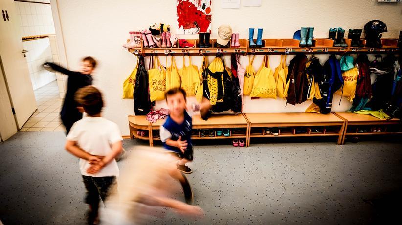 Kita: Alltagsleben im Kindergarten, oft fröhlich, manches Mal aber trostlos