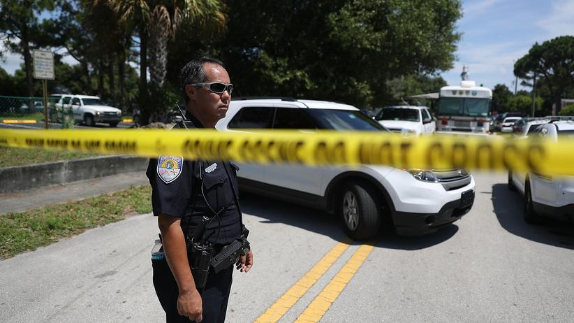 Orlando: Ein Polizist hinter einer Absperrung vor dem Wohnhaus des Attentäters Mateen in Fort Pierce