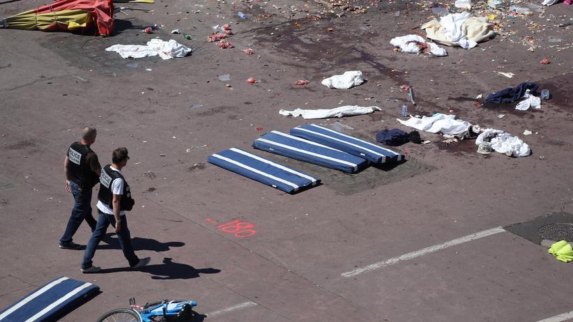 Nizza: Polizisten am Freitag am Tatort in Nizza.