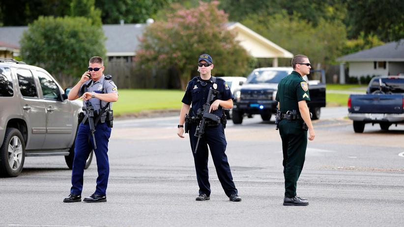 Louisiana: Polizisten versperren nach der Schießerei eine Straße in Baton Rouge, Louisiana.