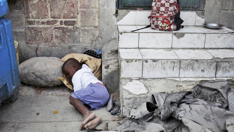 Nachhaltigkeit: Ein kleiner Junge schläft in den Straßen von Port-au-Prince, Haiti