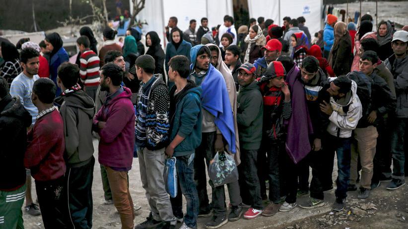 Geflüchtete warten im November 2015 im Moria-Camp auf der griechischen Insel Lesbos auf die Essensausgabe.