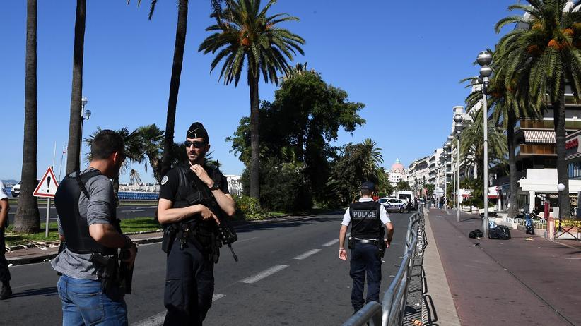 Frankreich: Polizisten patrouillieren am Tag nach dem Attentat in Nizza auf der Promenade des Anglais.