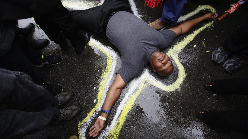 Polizeigewalt gegen Schwarze: Ferguson im Oktober 2014: Pfarrer Charles Burton demonstriert vor der örtlichen Polizeibehörde gegen die Erschießung von Michael Brown