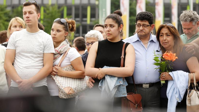 Amoklauf in München: Passanten am Tatort vor dem Olympia-Einkaufszentrum in München