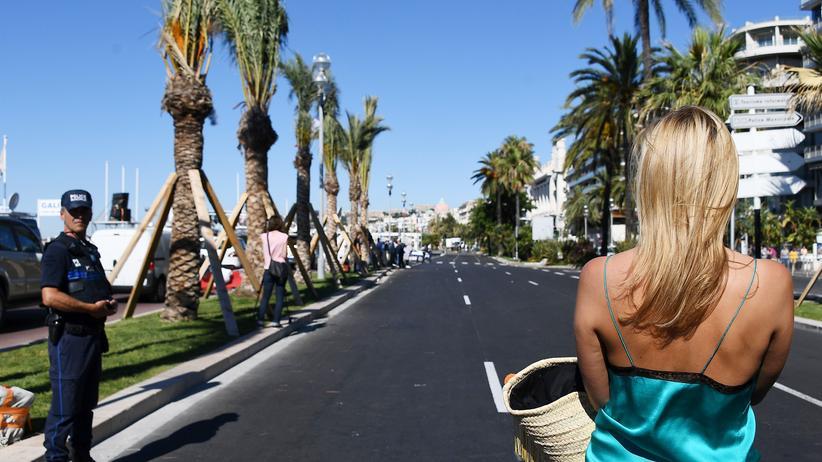 Nizza: Eine Frau schaut nach dem Attentat auf die leere Promenade des Anglais.