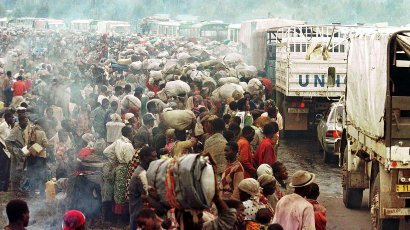 Genozid: Rwandan Hutu refugees staying at the Mukaruka transit camp wait for transport to Kigali November 19, 1996. Thousands of Rwandan Hutu refugees fled camps in Zaire and returned to their home country. REUTERS/Stringer - RTXGE9P