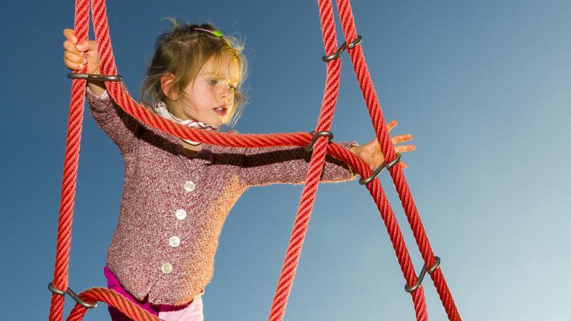 Kindesmisshandlung: Eine Dreijährige klettert auf einem Spielplatz