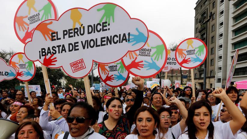 Peru: Frauen bei der Demonstration in Lima