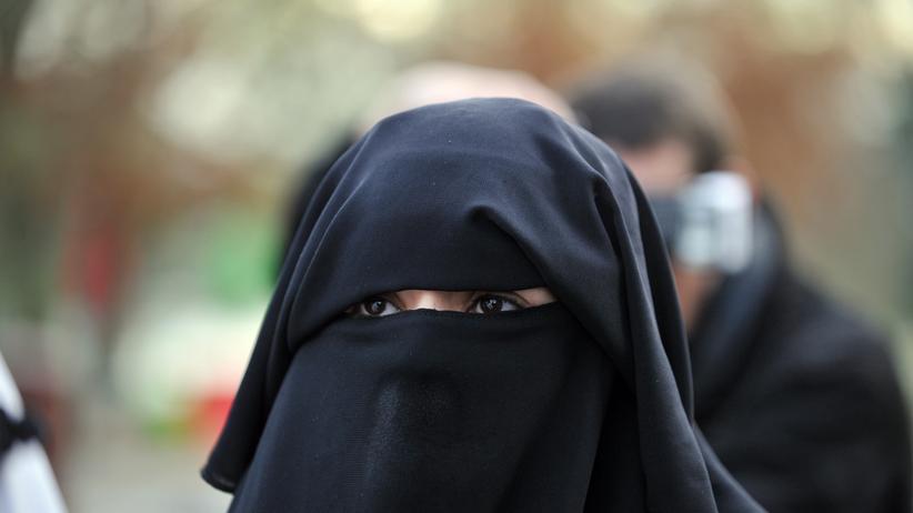 Verschleierung: Eine Frau trägt einen Nikab. Anders als bei einer Burka sind die Augen nicht verhüllt.