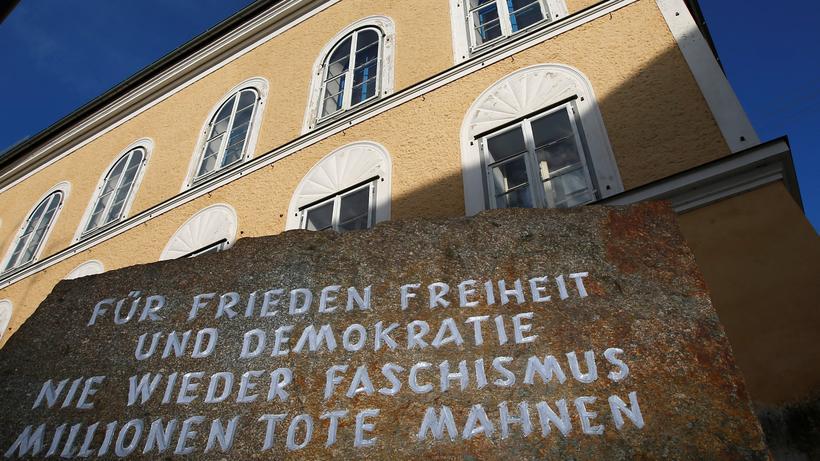 Hitlers Geburtshaus: Ein Mahnmal vor Hitlers Geburtshaus in Braunau