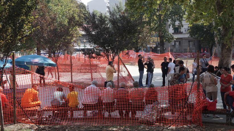 Flüchtlinge in Serbien: Flüchtlinge in Belgrad – sie sollen hinter den Absperrungen bleiben.