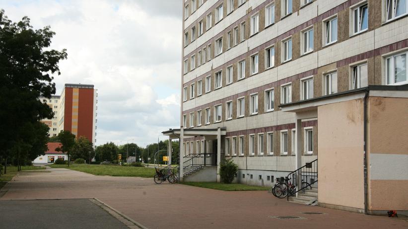 Hoyerswerda: Der Ort des Geschehens von 1991: Die Albert-Schweitzer-Straße in der Neustadt von Hoyerswerda