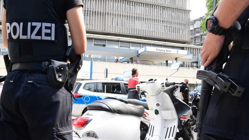 Polizisten: Polizisten bei einem Einsatz vor einem Krankenhaus in Berlin.