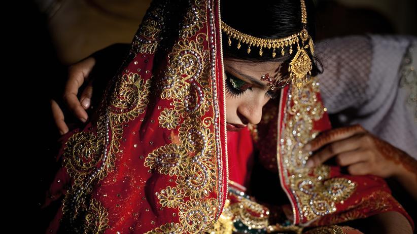 In Manikganj, Bangladesh, wird eine 15-Jährige am Tag ihrer Hochzeit von einer Freundin getröstet.