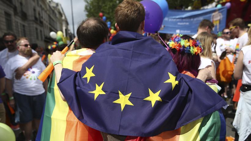 Großbritannien: Bei der alljährlichen Pride-London-Parade trägt ein Teilnehmer die EU-Fahne.