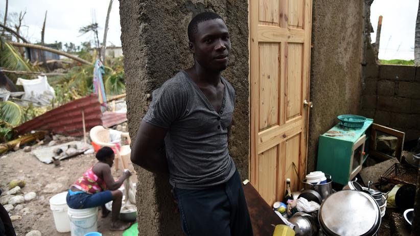 Hurrikan Matthew: Ein Bewohner von Haiti steht in den Trümmern seines Hauses.