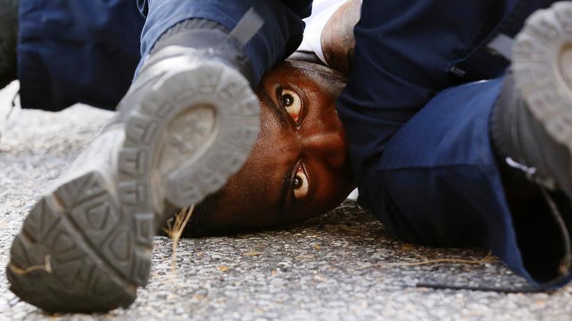 USA: Polizisten nehmen einen Mann in Baton Rouge, Louisiana, fest.