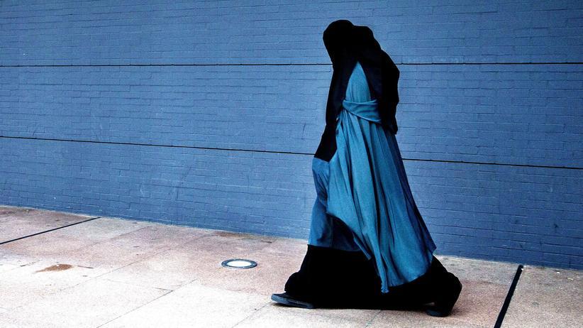 Burka-Verbot: Eine vollverschleierte Frau läuft vor dem Justizpalast in Den Haag.
