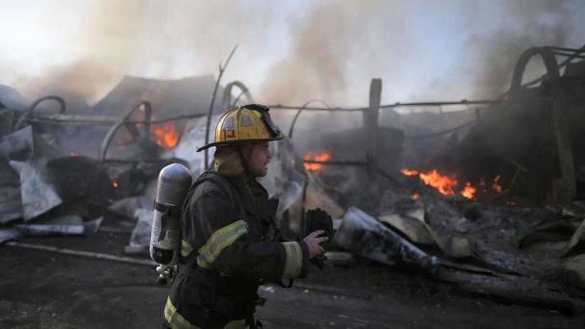 Haifa: Israelische Feuerwehrkräfte kämpfen in Beit Meir im Westen Jerusalems gegen die Brände.