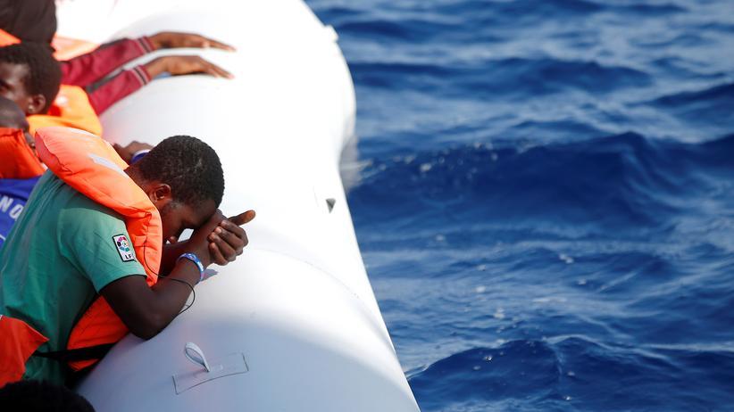 Italien: Flüchtlinge auf einem Rettungsboot im Mittelmeer