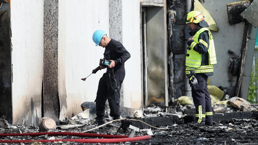 Nauen-Prozess: Ermittler im August 2015 vor der ausgebrannten Turnhalle in Nauen