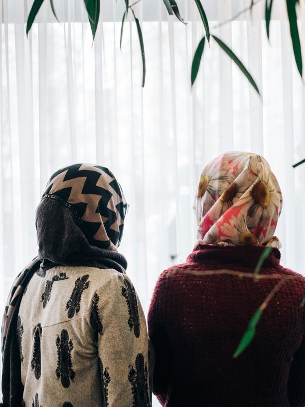 Anschlag am Breitscheidplatz: Die Afghanin Nafise (l.) mit einer anderen Bewohnerin des Flüchtlingsheims
