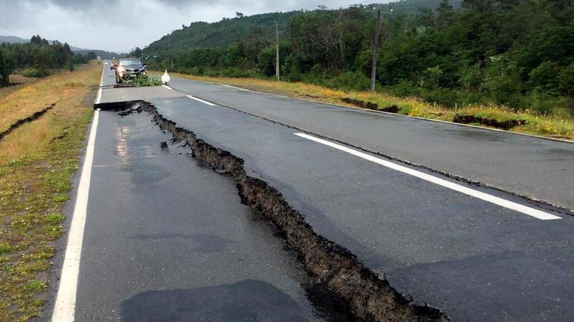 Pazifik: Straßenschäden durch das Erdbeben auf der Insel Chiloe