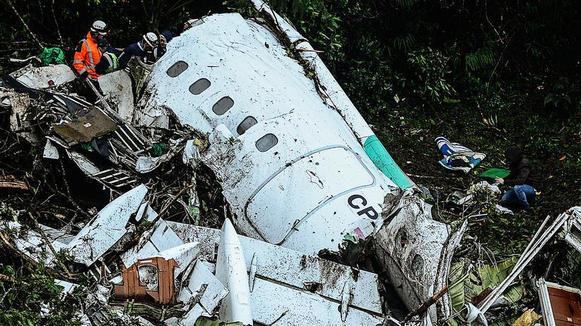 Kolumbien: Rettungshelfer durchsuchen das Flugzeugwrack in den Cerro-Gordo-Bergen in Kolumbien.