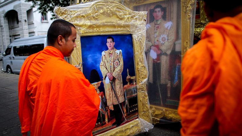Majestätsbeleidigung: Rama X., hier auf dem Porträt zu sehen, wird als Thronfolger Bhumibols 2017 zum König gekrönt.