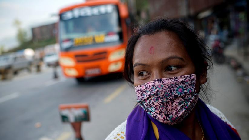 Menschenhandel: Busse einer Nichtregierungsorganisation verlassen Kathmandu in Nepal, um nach Frauen und Mädchen zu suchen, die Opfer von Menschenhandel sind.