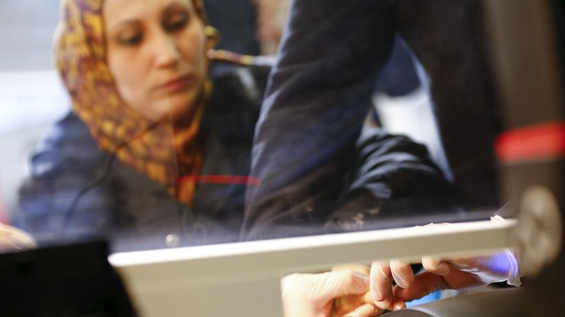 Migration: Von einer syrischen Frau werden im Februar 2016 bei ihrer Registrierung in Deutschland Fingerabdrücke genommen.