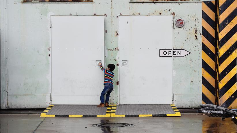 Flüchtlingspolitik: Ein Junge öffnet das Tor zur Flüchtlingsunterkunft in Berlin-Tempelhof.