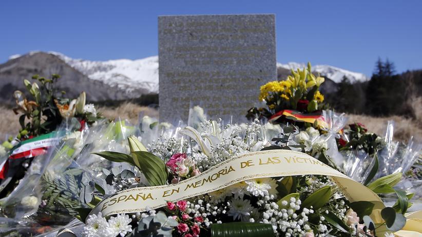 Flugzeugabsturz: Blumen am Absturzort der verunglückten Maschine von Germanwings im März 2015