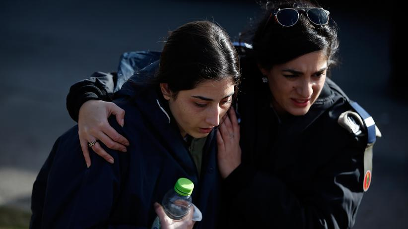 Jerusalem: Eine israelische Soldatin wird vom Tatort weggebracht.