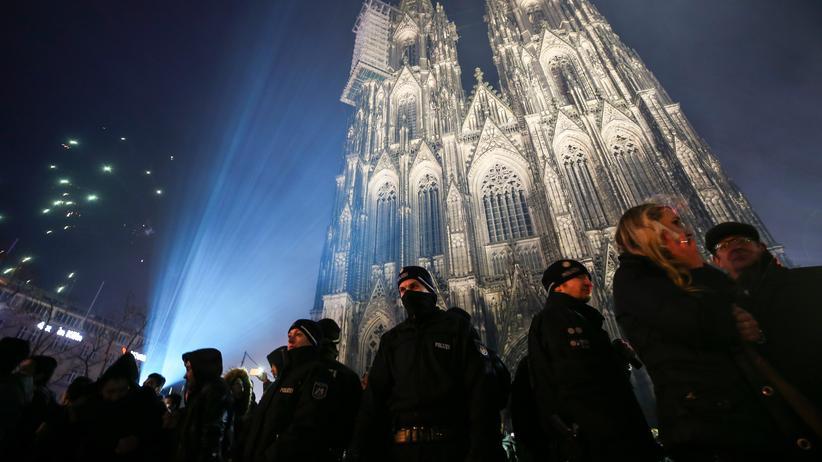 Köln: Polizisten in der Silvesternacht vor dem Kölner Dom