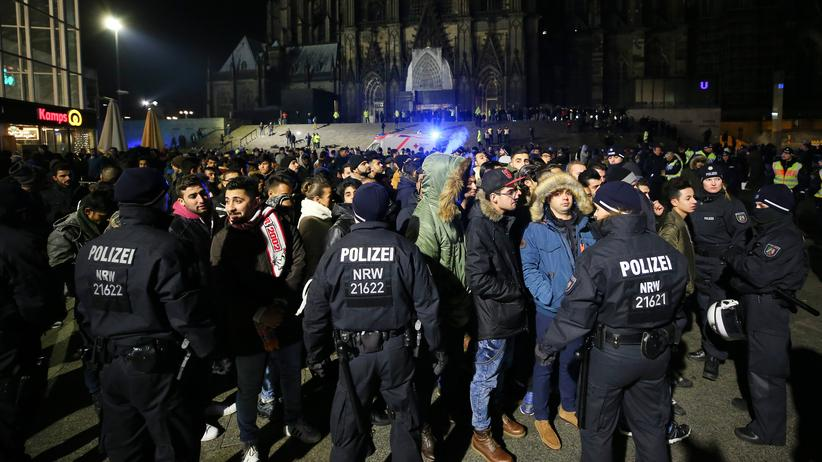 Köln: Verdächtig oder nur dunkelhaarig? Polizisten umringen in der Silvesternacht vor dem Kölner Hauptbahnhof eine Gruppe Männer.