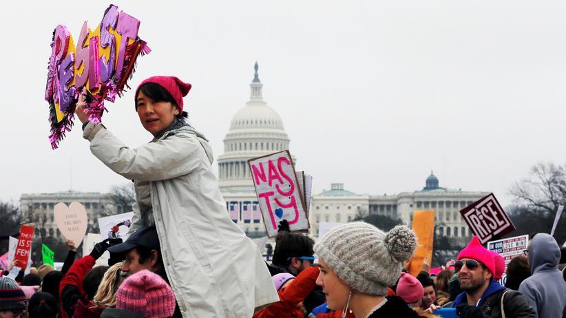"""Women's March : """"Resist"""" – """"Leiste Widerstand"""" – steht auf dem Plakat, das diese Demonstrantin auf dem Women's March in Washington hochhält."""