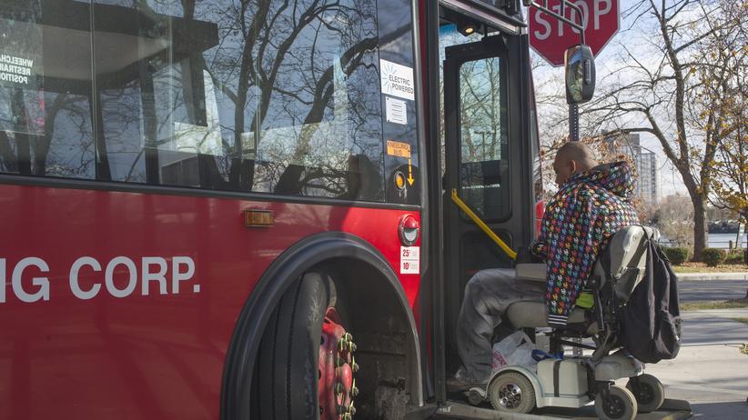 Rollstuhlfahrer: Vorfahrt vor Kinderwagen