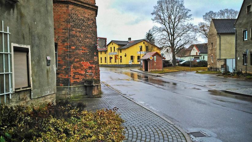 Schnellroda: Die Hauptstraße von Schnellroda in Sachsen-Anhalt führt am gelb gestrichenen Dorfgasthof vorbei.