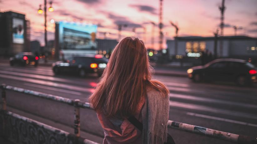 Sicherheit in Deutschland: Das Gefühl von Sicherheit haben viele Frauen verloren: Eine Passantin an der Warschauer Straße in Berlin