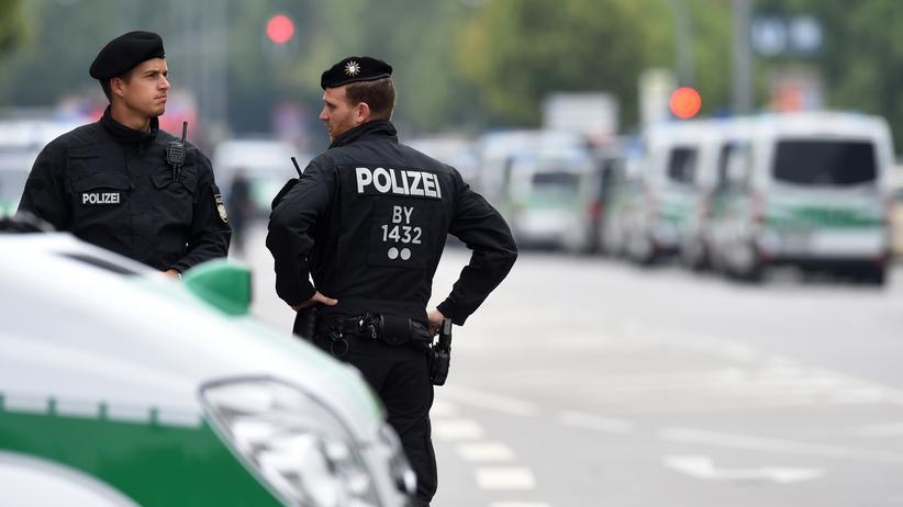 Terrorismus: Polizisten patrouillieren nach einem Amoklauf am Olympia Einkaufszentrum in München.