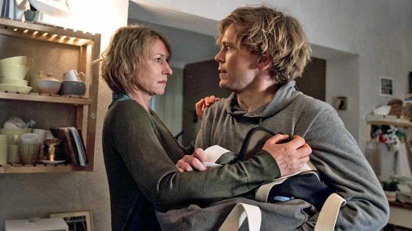 """""""Viel zu nah"""": Kann nicht loslassen: Caro (Corinna Harfouch) redet auf ihren Sohn Ben (Simon Jensen) ein."""