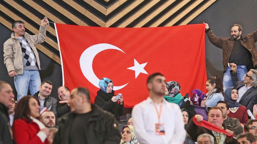Deutschtürken: Fans des türkischen Präsidenten bei einer Kundgebung in Berlin im Februar 2014.