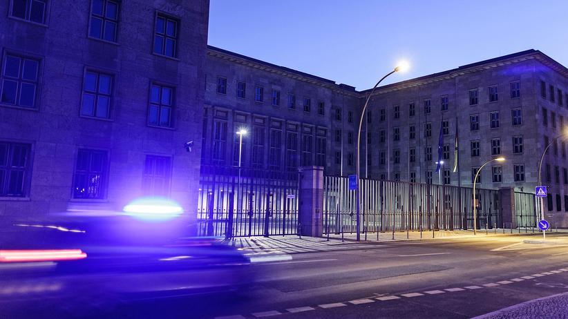 Bundesfinanzministerium: Ein Polizeiauto fährt am Finanzministerium in Berlin vorbei.