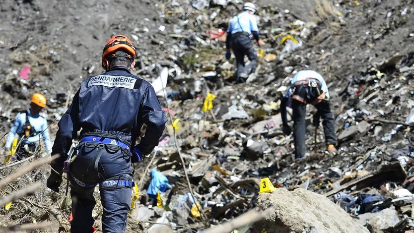 Germanwings-Pilot: Retter und Ermittler bergen im März 2015 Teile der abgestürzten Germanwings-Maschine nahe Seyne.