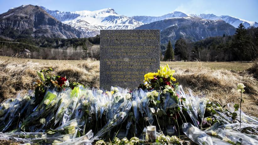 Germanwings-Absturz: Ein Gedenkstein erinnert in Le Vernet, einem Dorf in den französischen Alpen in der Nähe der Unglücksstelle, an die Todesopfer des Germanwings-Absturzes (Archivbild)