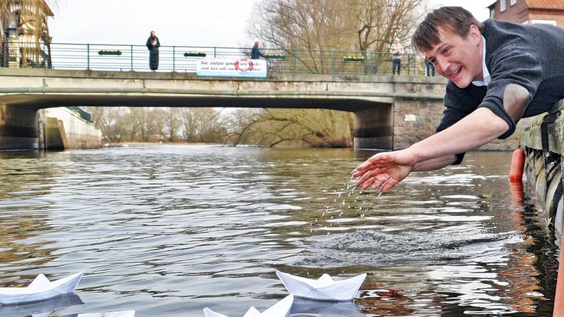 Hitzacker: Hans-Albrecht Wiehler hat den Verein Gemeinsam für Hitzacker gegründet. Aus Protest gegen die Privatisierung der Jeetzel setzt er Papierschiffchen auf den Fluss.